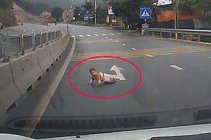 Lái xe 'rụng rời tay chân' khi thấy đứa bé bò lổm ngổm giữa đường