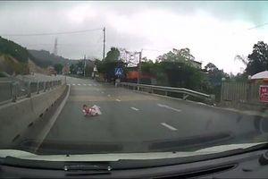 Gặp tài xế xử lý cực nhanh khi bất ngờ thấy em bé bò lổm ngổm trên đường