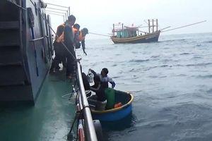 Quảng Bình: Cứu sống 7 ngư dân bị chìm tàu
