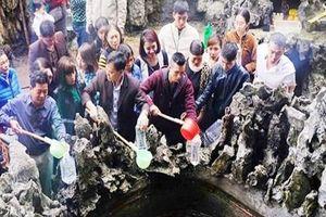 Đổ xô về đền Cặp Tiên uống nước giếng cầu may