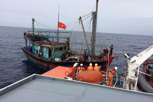 Kịp thời cứu nạn 8 ngư dân trên vùng biển Vịnh Bắc Bộ