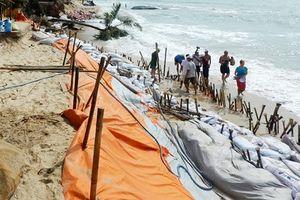 Sóng dữ cao 3m đánh sạt lở bờ biển khu du lịch cao cấp ở Phan Thiết