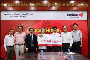 Vietlott trao giải cho người trúng Jackpot 2 kỷ lục hơn 70 tỉ đồng