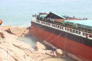 Bắt đầu 'xẻ thịt' tàu hàng bị chìm bán sắt phế liệu