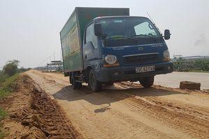 Ô tô né trạm BOT Tam Nông, đê sông Thao bị 'băm nát'