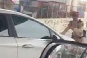 Nữ tài xế vượt đèn đỏ đẩy lùi CSGT