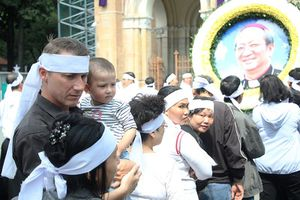 Hàng ngàn giáo dân vấn khăn tang viếng Đức Tổng giám mục Bùi Văn Đọc