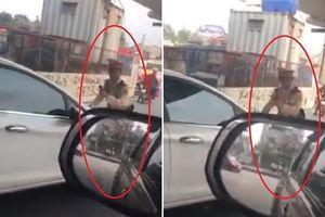 Nữ tài xế vượt đèn đỏ, húc xe thẳng vào CSGT