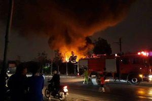 Xưởng nhựa bốc cháy dữ dội trong đêm