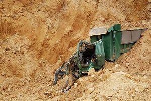 Hà Nội: Sập mỏ đất, một tài xế bị vùi lấp tử vong