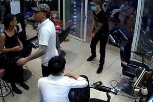Tạm giữ 2 người vụ nổ súng trong tiệm cắt tóc ở Hà Nội