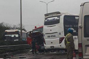Xe khách tông xe cứu hỏa, 4 cảnh sát chữa cháy bị thương nặng