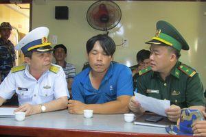 Hải đoàn 129 Hải quân đưa ngư dân gặp nạn vào bờ