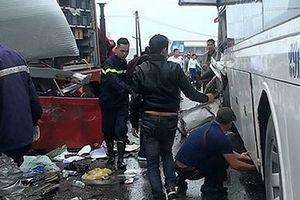 Xe khách tông xe cứu hỏa, 4 cảnh sát PCCC bị thương nặng