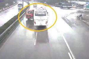 Clip: Xe cứu hỏa va chạm cực mạnh với xe khách trên cao tốc Pháp Vân - Cầu Giẽ