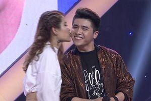 Được Minh Hằng gợi ý, cô gái mạnh dạn hôn chàng trai ngay trên sân khấu