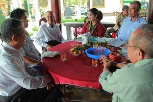 'Ngồi uống trà ở đình Tân Thông lại nhớ bác Khải'