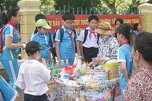 Hé lộ nguồn gốc thực phẩm bày bán tại các cổng trường
