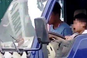 Tài xế cho bé trai 8 tuổi lái xe tải bị phạt 8 triệu đồng