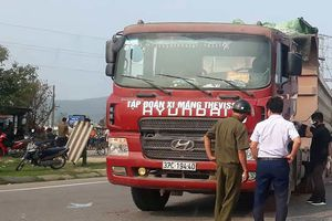 Va chạm với xe tải, hai mẹ con thai phụ tử vong thương tâm