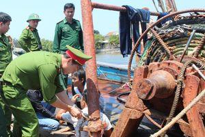 Giải cứu 4 ngư dân bị bắt trói trên 2 tàu cá