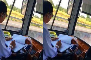 Clip tài xế thản nhiên vừa lái xe vừa ghi chép sổ sách khi đang lưu thông với tốc độ cao gây bức xúc