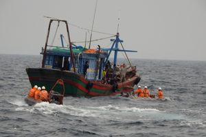 Kịp thời cứu tàu cá cùng 47 thuyền viên gặp nạn trên biển