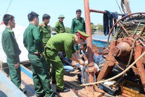Giải cứu 4 ngư dân bị xích trên 2 tàu cá