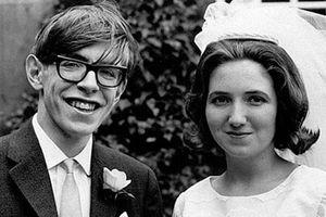 Stephen Hawking: Sự nghiệp chói sáng và cuộc hôn nhân không đẹp như phim