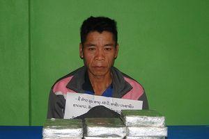 Bắt 1 đối tượng đang vận chuyển 10 bánh heroin