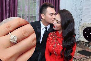 Khắc Việt tặng nhẫn kim cương cho vợ trước ngày cưới