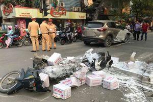 Ô tô Mazda hất tung xe máy chở vôi, đâm liên tiếp nhiều người đi đường