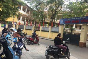 Phụ huynh xếp hàng trước cổng trường vì lo con vỡ đầu khi ngồi học