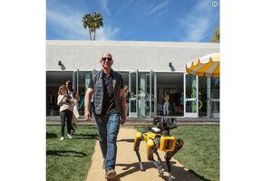 Tỉ phú Jeff Bezos dắt chó robot đi dạo