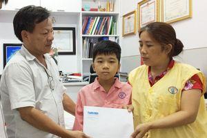 Trao tiền giúp bé trai 10 tuổi mổ tim