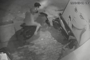 2 thanh niên táo tợn trộm chó ngay trước mặt chủ nhà