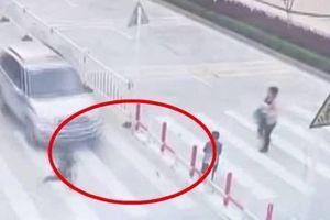 Clip: Mẹ mải bấm điện thoại, con một mình chạy qua đường bị ô tô tông