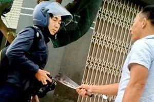 Một phóng viên bị nhân viên công ty xe tải cầm dao đe dọa
