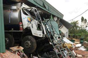 Xe bồn chở xăng dầu mất lái đâm sập nhà dân