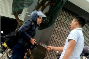 Ghi hình xe vận chuyển đất, phóng viên bị đánh, bị dọa 'chém đứt luôn'