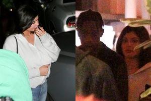 Mới sinh con được 1 tháng, Kylie Jenner bị bắt gặp xuống phố hẹn hò cùng bạn trai