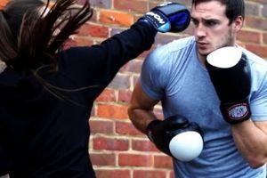 Huấn luyện viên võ thuật thể hiện khả năng tránh né cực đỉnh