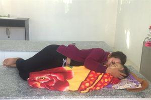Mẹ quằn quại khóc, ôm chặt xác con 24 tháng tuổi tử vong tại nhà giữ trẻ