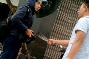Đối tượng dọa giết PV Dân Việt tại trụ sở công an: 'Mày chơi tao!'