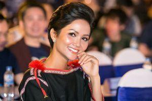Nhan sắc cùng trang phục đặc biệt của H'hen Niê khiến MC Thụy Vân và khán giả Thủ đô ngạc nhiên