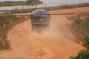 Dân chặn đường, xe chở đất 'có ngọn' vẫn nhởn nhơ tung bụi
