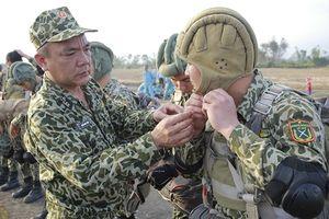 Đặc công Hải quân Việt Nam luyện đòn từ trên không
