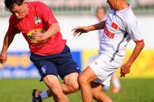 GĐKT HAGL Chung Hae Soung ra sân trong trận cầu 10 bàn thắng