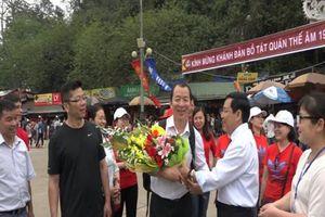 Đón du khách thứ 1 triệu tham quan Lễ hội Chùa Hương
