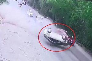 Clip: Vượt phải tốc độ cao, ô tô con lộn nhào thảm khốc ở Hà Nội
